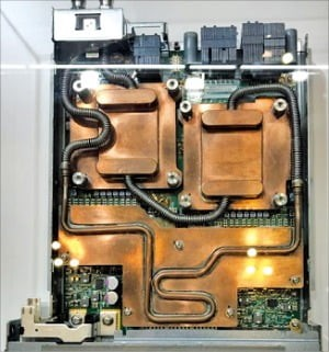 슈퍼 컴퓨터 CPU에 장착 된 캐스트 맨의 구리 냉각기.